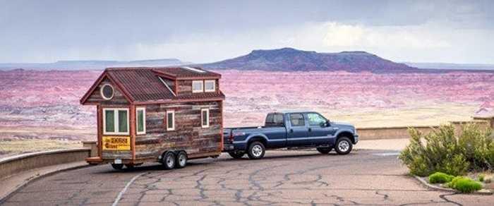 Cặp vợ chồng Guillaume và Jenna  ở Mỹ vốn có công việc ổn định, nhưng vì thích những chuyến du lịch nên cả 2 người đã xây dựng ngôi nhà được neo sau ô tô để rong ruổi khắp nơi