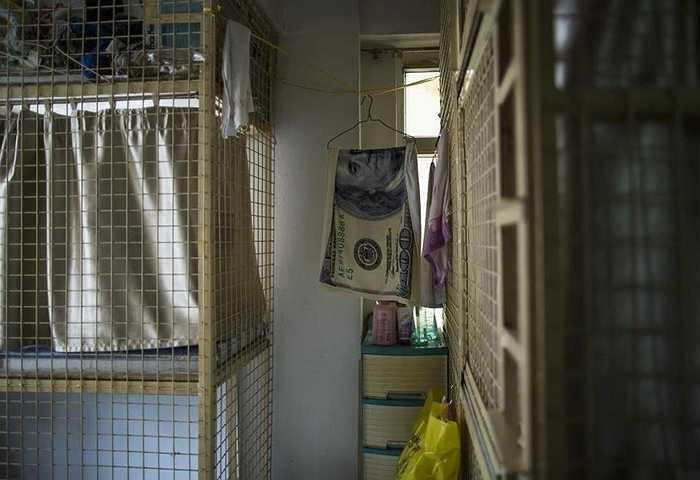 Một phụ nữ 56 tuổi chụp ảnh trong phòng thuê chỉ rộng 4m2, với giá thuê 1.200 nhân dân tệ/tháng