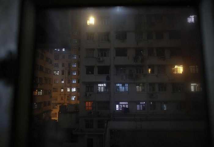 Khu nhà cho thuê lên đèn với những con người đang sống trong những phòng chật chội