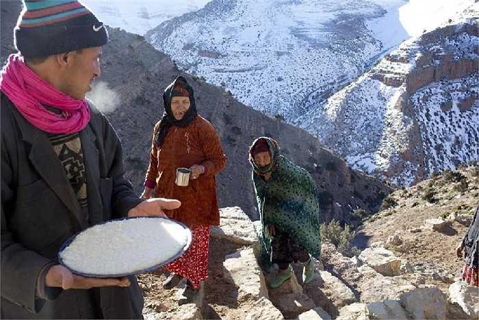 Một người đàn ông phục vụ món ăn đặc sản của người Berber ở làng Ait Sghir