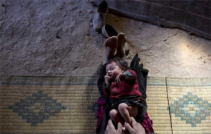 Bari Moumouch, bà mẹ 20 tuổi vui đùa cùng đứa con nhỏ đáng yêu ở làng Ait Sghir, vùng núi cao Atlas