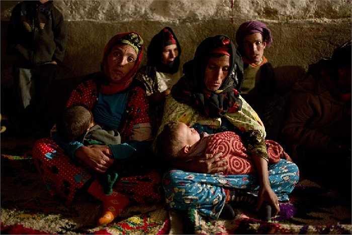 Bà mẹ Berber ôm ấp những đứa trẻ để sưởi ấm cho chúng