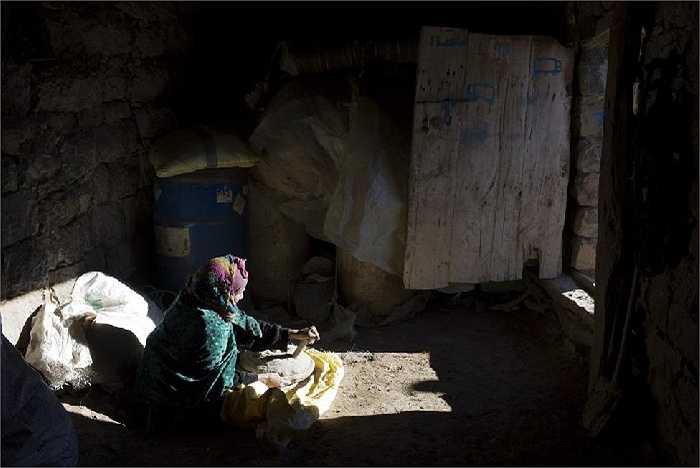 Cụ bà chuẩn bị bột bánh mì tại ngôi làng Ait Sghir, trên đỉnh Atlas