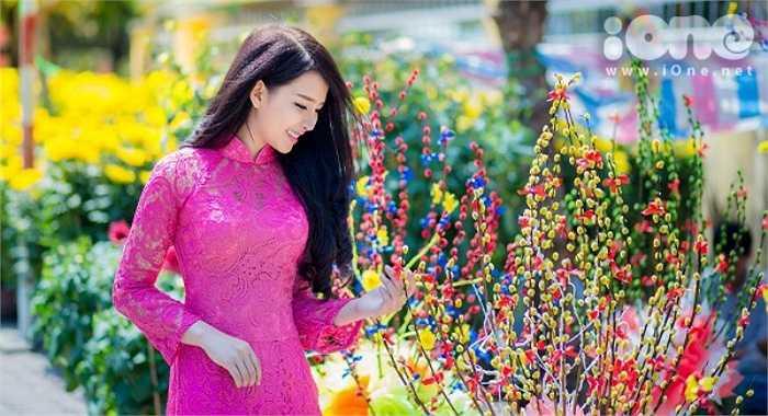 Sở hữu ngoại hình xinh xắn, nụ cười hút hồn, ngoài việc buôn bán, 9x Nha Trang còn góp mặt trong một số MV ca nhạc của nhóm La Thăng.