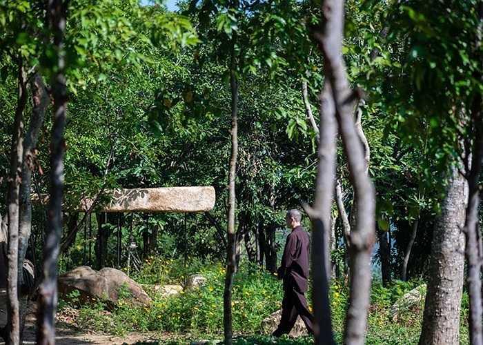 Kiến trúc mái đá  giữa công viên Nha Trang được thiết kế nhằm tạo dựng nơi tu thiền yêu tĩnh, gần gũi với thiên nhiên cho giới phật tử.