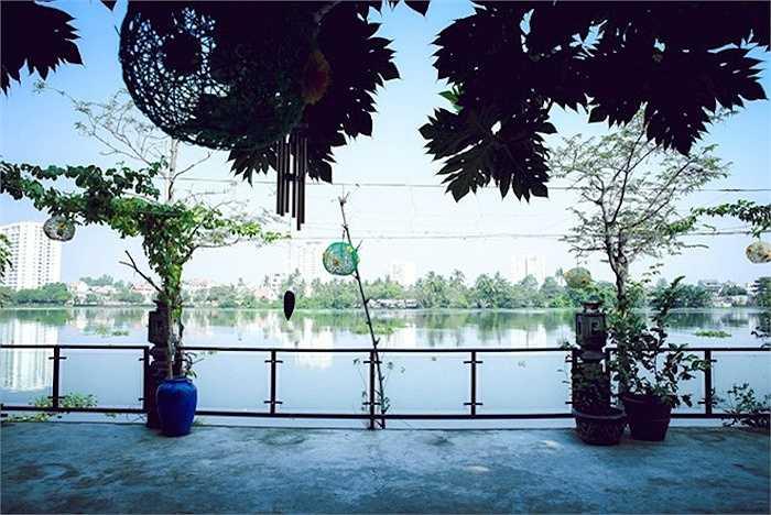 Khu vực nhà hàng được bày trí đơn giản bởi những chậu hoa cảnh, do chính tay bố Thiên Lý trồng và chăm sóc.