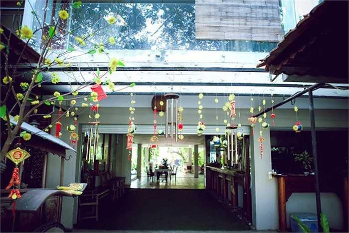 Gia đình nhà ngoại của Thiên Lý sống trong căn nhà hai tầng khá lớn, được xây với lối kiến trúc cũ. Trước đây, khu vực này dùng để kinh doanh khách sạn, nhưng về sau lại trở thành phòng sinh hoạt riêng cho các thành viên trong gia đình mỗi khi họ trở về.