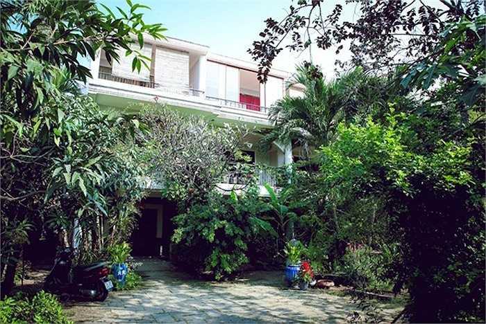 Quang cảnh nhà vườn nhìn từ bên ngoài. Sân vườn được trồng rất nhiều cây cảnh và cây ăn quả các loại.