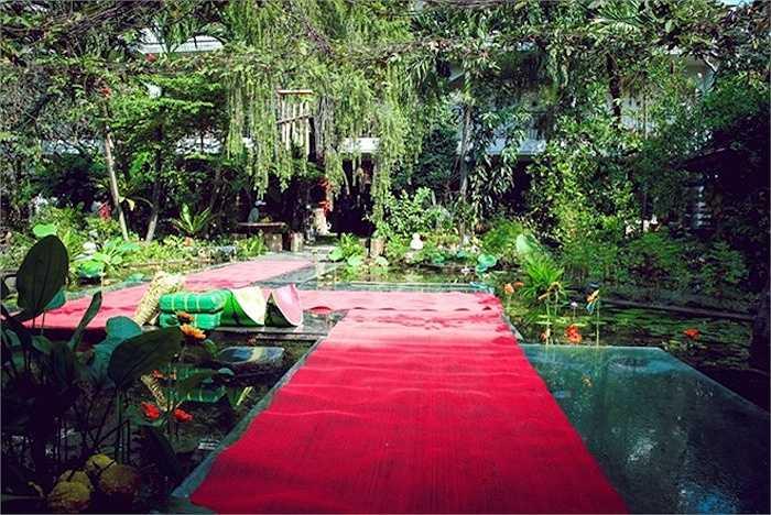 Hồ cá được xây giữa vườn, phía trên có lớp kính cường lực, có thể tự do đi lại. Đây cũng là nơi tụ tập mỗi khi các thành viên gia đình Thiên Lý trở về thăm nhà.
