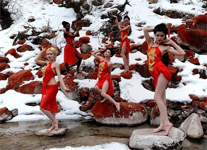 Các người mẫu mặc yếm tạo dáng bên suối ở Công viên Hongshitan, Tứ Xuyên