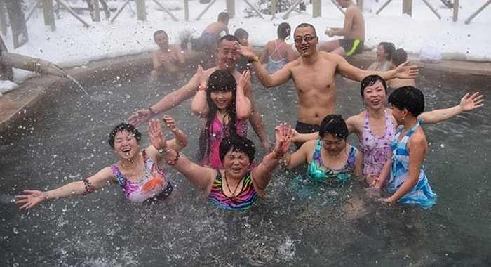 Các du khách vui đùa trong suối nước nóng