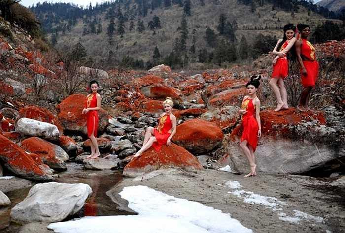 Các nữ người mẫu xinh đẹp khoe dáng bên suối nước nóng