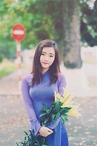 Dù 'hiếm hoi' nhưng vẻ đẹp của các bóng hồng vẫn không khỏi làm các nam sinh ngẩn ngơ. Tà áo dài tím càng tôn lên vẻ đẹp đáng yêu, dịu dàng của cô nữ sinh Nguyễn Quỳnh Trang.