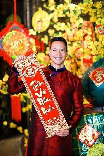 Nam diễn viên gốc Việt rất hợp với chiếc áo dài dân tộc.