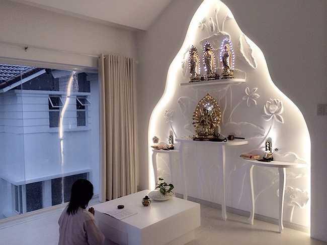 Phòng thờ của gia đình được thiết kế hiện đại. Do mẹ của nữ ca sĩ quy y tại gia nên bà thường xuyên ở trong phòng thờ tụng niệm kinh phật.