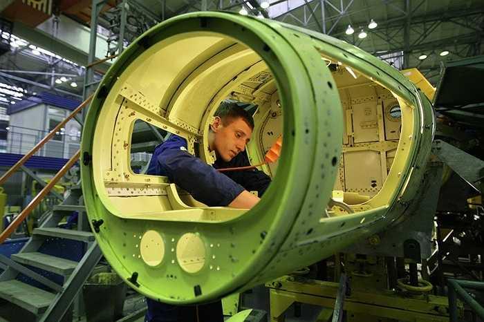 Các công nhân đang lắp ráp máy bay Yak-130