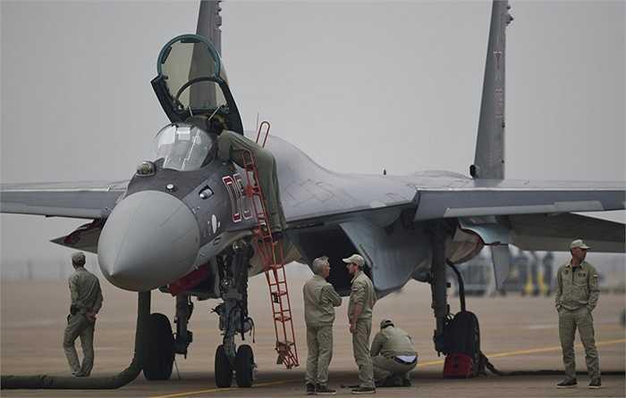 Quá trình chuẩn bị cho một chiến cơ Su-35