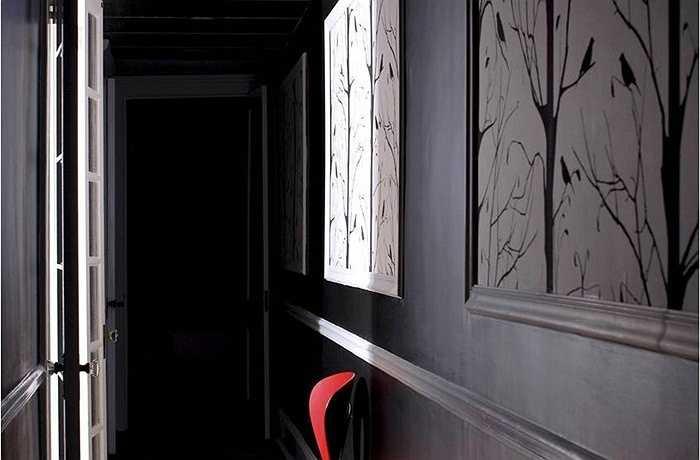 Bức tường màu đen đã được xem là đứa con ghẻ trong thế giới thiết kế, nhưng họ đang bắt đầu tạo cho nó cơ hội xâm nhập. Có phải màu đen và những bức tường siêu đen tối khác trông lộng lẫy hay nó quá ma quái đối với khẩu vị của bạn?