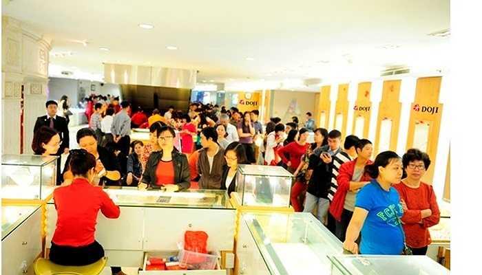 Từ 7h30 sáng nay, khi các địa điểm kinh doanh của Tập đoàn DOJI vừa mở cửa, khách hàng tìm mua Kim Dương đã xếp hàng rồng rắn thành hàng dài trên các con phố để có thể sớm sở hữu được sản phẩm độc đáo, mang lại may mắn, tài lộc cho cả năm Ất Mùi.