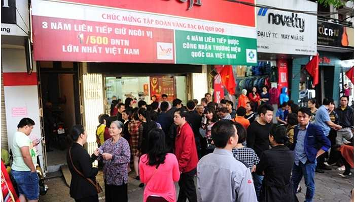 Trên con phố nhà binh Phan Đình Phùng (quận Ba Đình, Hà Nội) vốn yên tĩnh bỗng trở nên náo nhiệt vì khách xếp hàng mua Kim Dương tràn vỉa hè