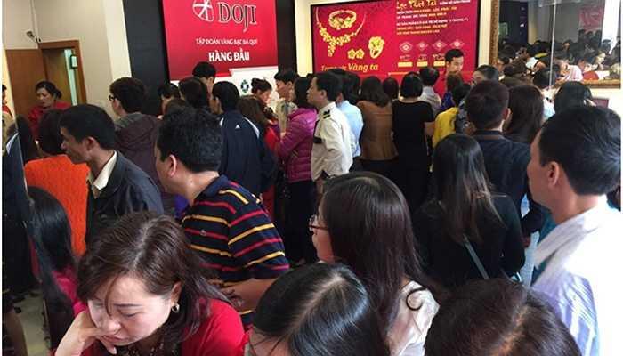 Tại 80 Quang Trung, Hà Đông, HN, khách hàng chen chân chật cứng và gần như đều nằm lòng thông tin về sản phẩm đồng vàng Kim Dương với công nghệ sản xuất hiện đại và thiết kế độc đáo, mang lại may mắn phát đạt cho giả chủ cả năm.