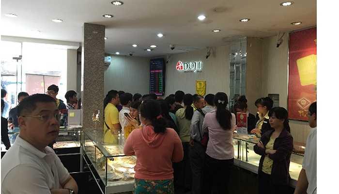 Tại 168A Phan Đăng Lưu (TP HCM), khách hàng ở mọi lứa tuổi cũng tìm mua sản phẩm mỹ nghệ vàng ta 999.9 Kim Dương