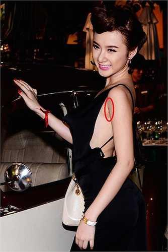 Cũng trong năm 2012, 'bà mẹ nhí' bị lộ những vết sẹo thẩm mỹ nâng ngực.