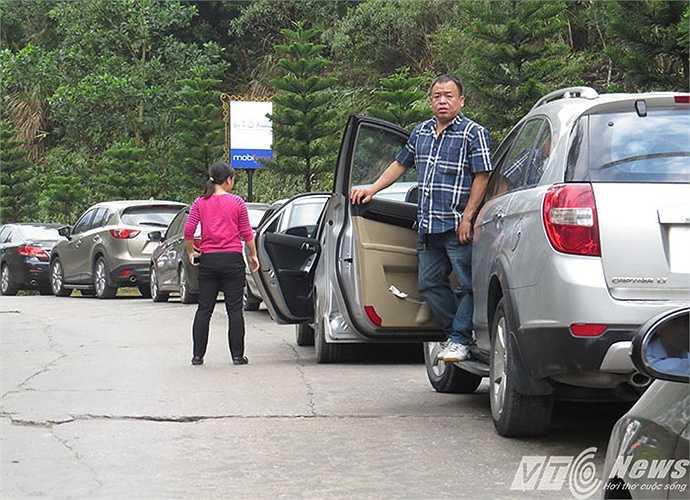 Cách trung tâm lễ hội hàng km, xe ôtô nối đuôi nhau dừng đỗ dọc đường, du khách đành phải đi bộ vào khu trung tâm. Hết lối vào, tài xế chỉ còn biết đứng nhìn.
