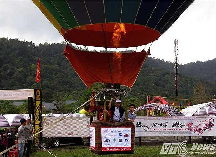Năm nay, du khách đến lễ hội còn được trải nghiệm dịch vụ mới lạ, ngắm cảnh Yên Tử từ khinh khí cầu và chiêm ngưỡng lá cờ Phật giáo lớn nhất Việt Nam.