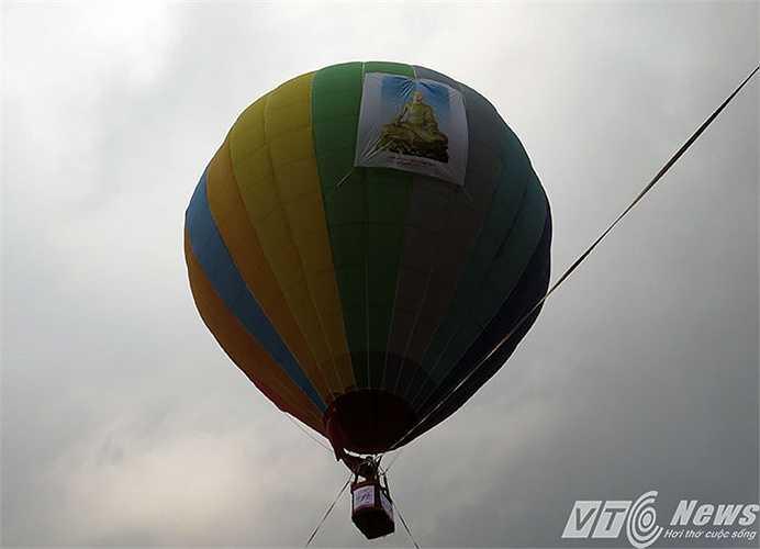 Đây là lần đầu tiên tại Lễ hội xuân Yên Tử tổ chức chương trình bay khinh khí cầu với chủ đề 'Bay về đất Phật'.
