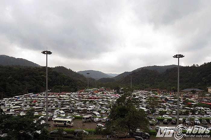 Bãi đỗ xe hàng ngàn chỗ ngồi đã kẹt cứng.