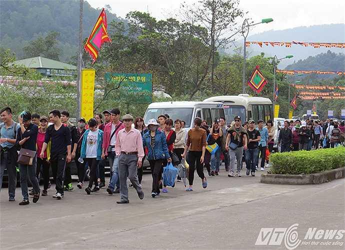 Càng gần đến giờ khai hội, lượng du khách đổ về lễ hội càng đông