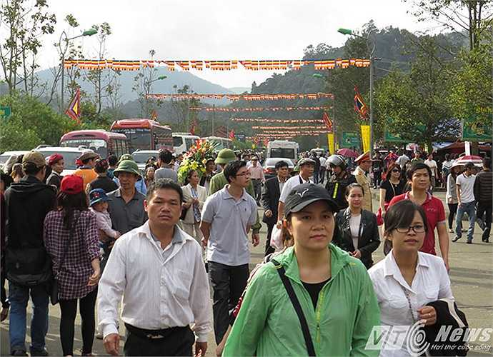 Lễ hội năm nay, đường vào lễ hội thông thoáng, không còn tình trạng chèo kéo khách, bày bán hàng hóa.