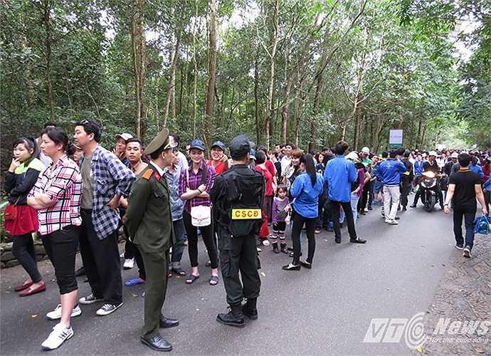 Từ sáng sớm, hàng vạn người đã được hướng dẫn xếp hàng lần lượt vào khu vực điểm đầu tuyến cáp treo (sau chùa Hoa Yên) để lên chùa An Sinh và chùa Đồng.