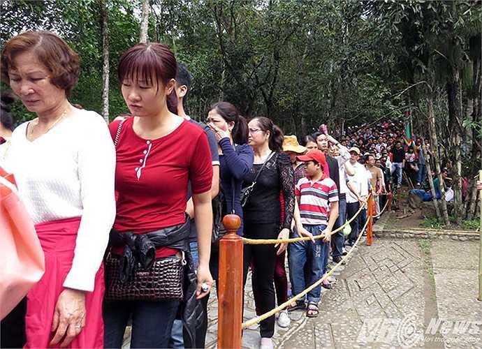 Dòng người xếp hàng chở đến lượt mua vé đi tuyến cáp treo