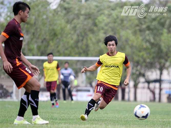 Ở bài tập thi đấu đối kháng, Công Phượng được HLV Miura cho thi đấu ở vị trí sở trường - Tiền đạo lùi.