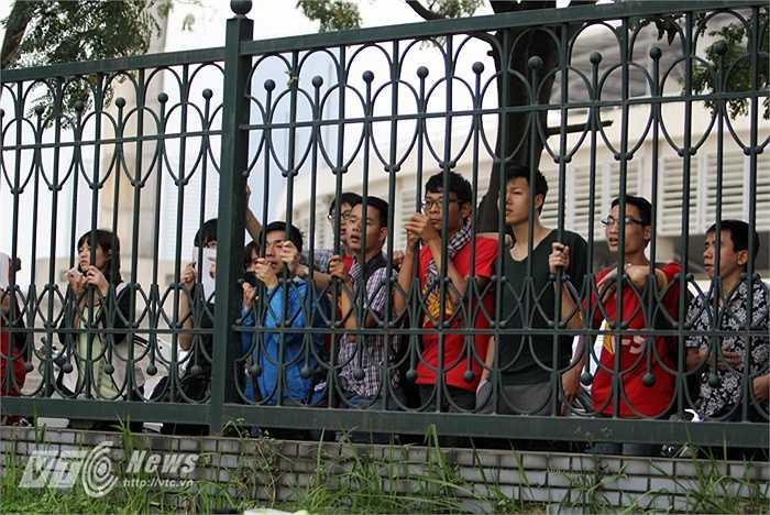 Rất đông người hâm mộ đứng ngoài hàng rào quanh sân tập của U23 Việt Nam để theo dõi.