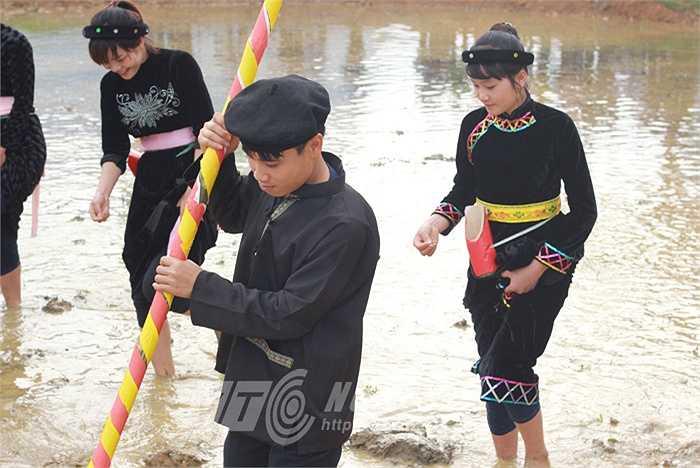 Các chàng trai sẽ dùng cây gậy dùi lỗ, để các cô gái Tày xinh đẹp gieo hạt.