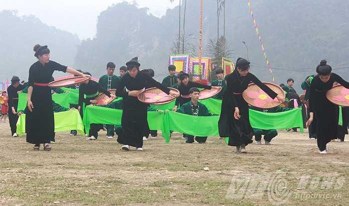 Tại khoảnh đất rộng, các chàng trai, cô gái người Tày, Dao, Pu Péo khắp huyện Lâm Bình thể hiện những điệu múa mang đậm bản sắc dân tộc.
