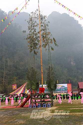 Lễ hội được tổ chức ở thung lũng bằng phẳng, nơi có những mảnh ruộng tốt nhất, to nhất.