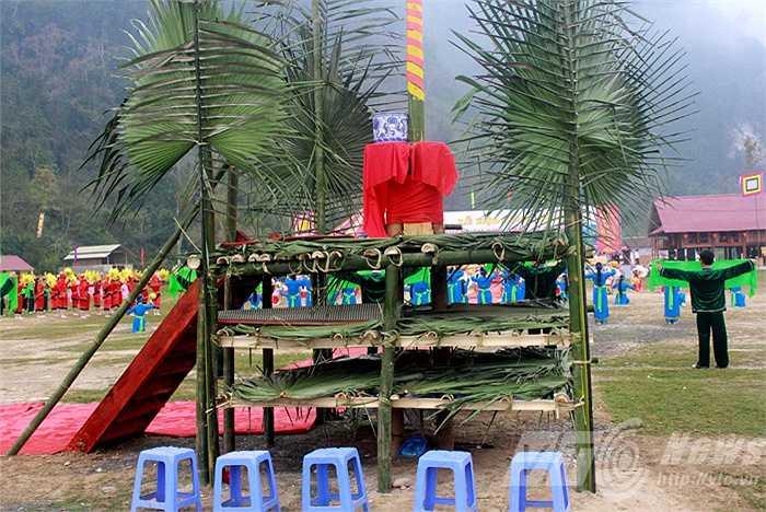 Ban thờ cùng cây nêu cao chót vót được dựng lên giữa sân, là nơi diễn ra lễ cầu mưa thuận gió hòa trong năm mới.