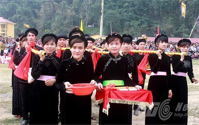 Người dân trong bản chuẩn bị khá nhiều mâm lễ. Các mâm lễ hàm ý phô bày khéo léo của người phụ nữ trong việc nội trợ, nấu nướng những món ăn truyền thống.