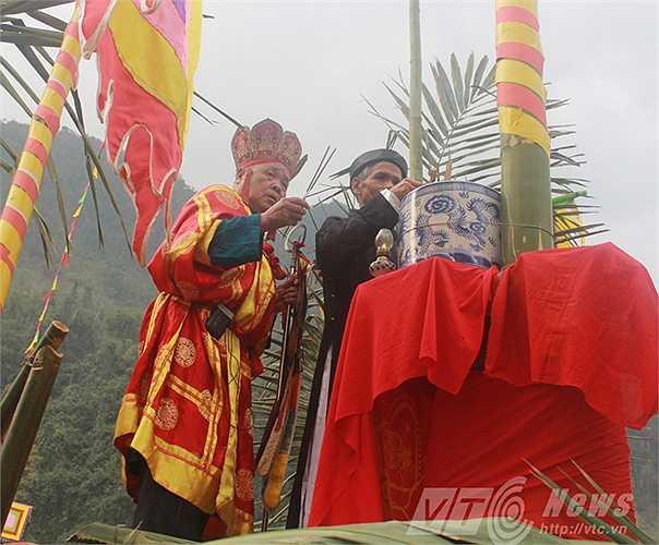 Khi thắp hương, thầy cúng sẽ làm các nghi thức cầu cúng tạ lễ thần Nông, Thiên Địa, Sơn Thần, Thủy Thần và Thành hoàng làng, những vị thần được cho là có tác động đến hoạt động sản xuất và đời sống của cư dân cộng đồng.