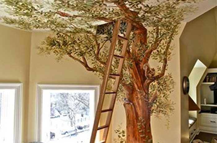 Giấy dán tường hình cây gây ấn tượng đặc biệt cho căn phòng.
