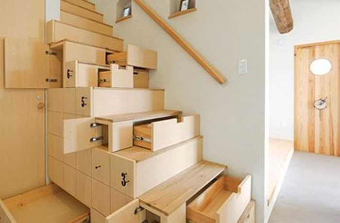 Kiểu bậc cầu thang gỗ tích hợp nhiều ngăn kéo giúp lưu trữ nhiều đồ dùng.