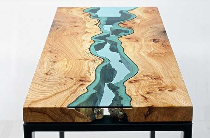 Chiếc bàn có hình dòng suối chảy ở giữa cũng là món đồ nội thất độc đáo cho căn nhà xinh