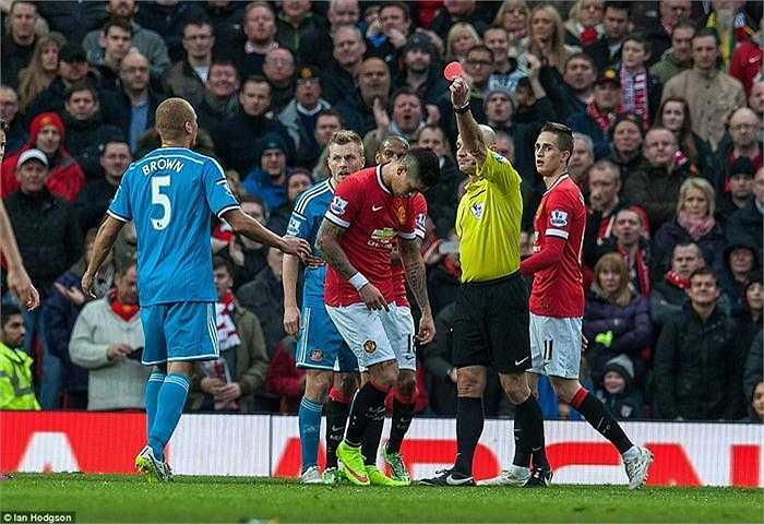 Bước ngoặt của trận Man Utd thắng Sunderland xuất hiện ở phút 64, với tình huống gây tranh cãi khi trọng tài Roger East rút thẻ đỏ sai đối tượng.