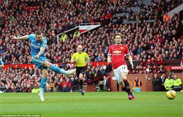 Đội khách chơi phòng ngự phản công khá hay, phút thứ 6, thủ môn De Gea phải trổ tài đẩy được cú sút của Wickham.