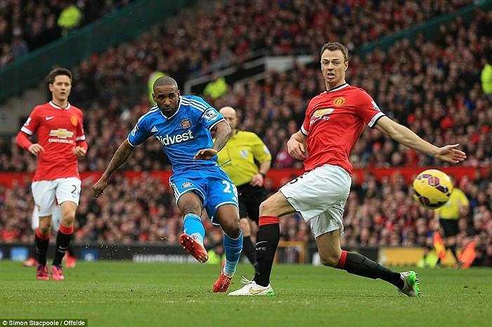 Ngay sau đó, J. Defoe lại khiến CĐV của Man Utd hú vía khi cú sút của cầu thủ này đưa bóng vọt xà.