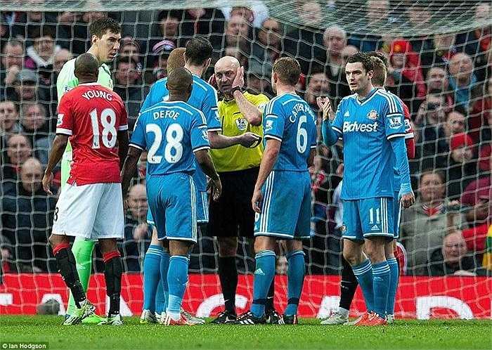 Ngay cả khi tham khảo ý kiến trợ lí, quyết định vẫn được giữ nguyên bất chấp sự phản đối quyết liệt của các cầu thủ Sunderland trong đó có cả thủ quân O'Shea.